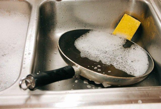 Кофейная гуща в быту - отличное средство для мытья посуды и засоров.