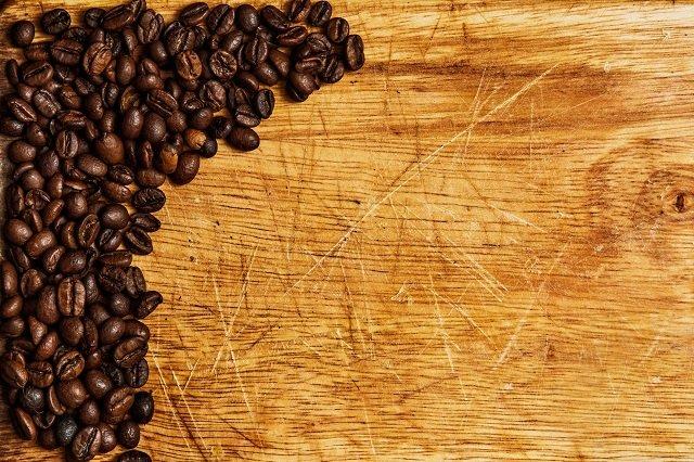 Кофе маскирует царапины на мебели