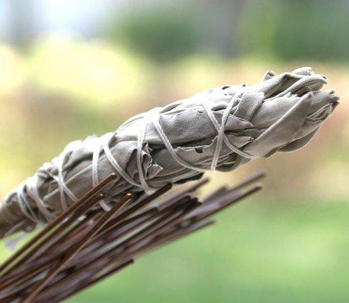 Добавить пучки шалфея к костру, чтобы отогнать комаров