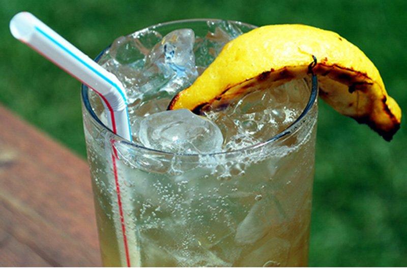 Тоник с водкой можно разнообразить долькой лимона на гриле