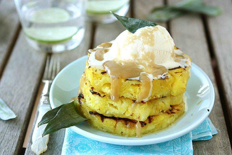 На гриле можно приготовить вкусный десерт, например кусочки ананаса с соусом из коричневого сахара,  после приготовления сверху можно выложить мороженое