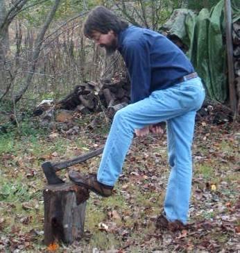 мужик колет дрова