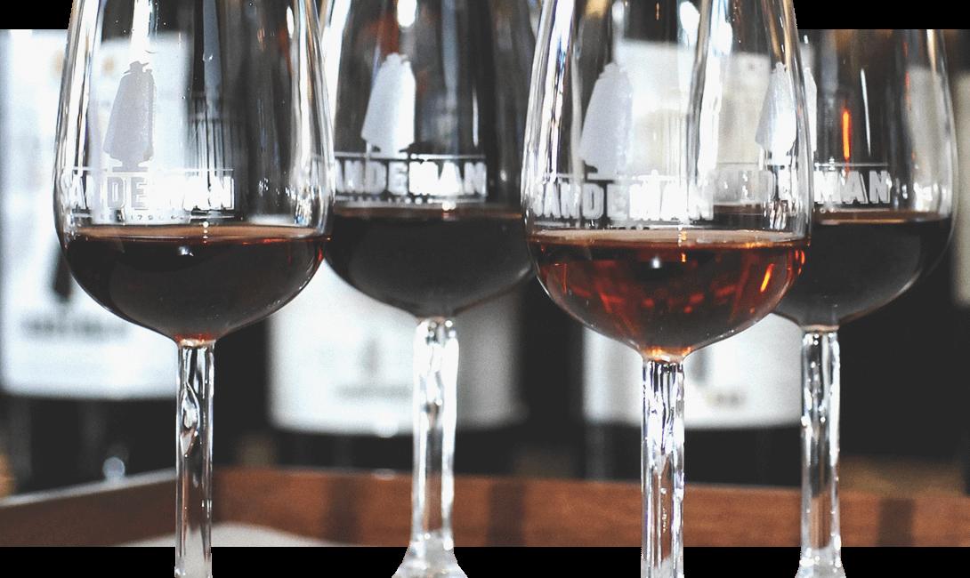 Портвейн ruby в бокалах на половину - строго по этикету